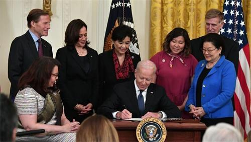 拜登总统签署了《 COVID-19仇恨犯罪法》