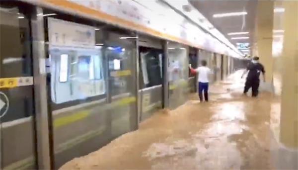 中国:超级暴雨袭击河南郑州|河南伊川县一水坝出现决口