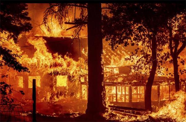 美国:西部被山火席卷 加州山火烧毁多所房屋|中国: 超百米沙墙的压迫感 甘肃敦煌遭遇强沙尘